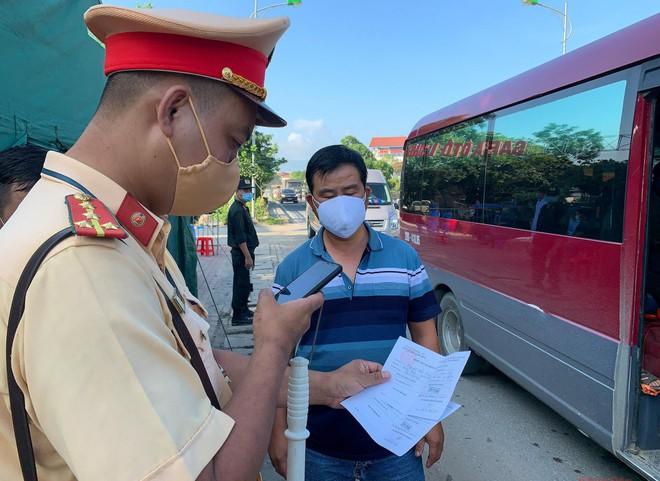 Các chốt kiểm soát tại cửa ngõ Thủ đô tiếp tục thực hiện kiểm soát lưu lượng phương tiện vận tải hành khách cũng như việc di chuyển của người dân giữa Hà Nội với các tỉnh, thành phố