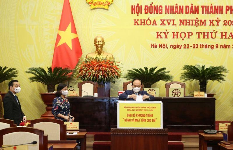 Phó Bí thư Thành ủy, Chủ tịch HĐND TP Hà Nội Nguyễn Ngọc Tuấn ủng hộ Chương trình ''Sóng và máy tính cho em''