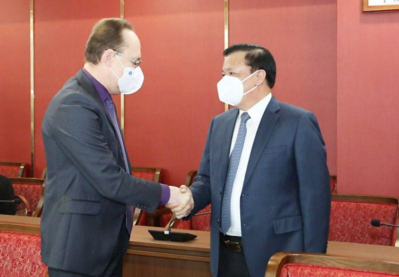 Bí thư Thành ủy Hà Nội Đinh Tiến Dũng tiếp Đại sứ Liên bang Nga tại Việt Nam Gennady Bezdetko.