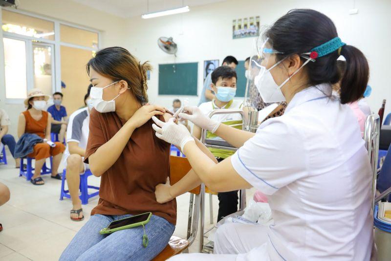 Phường Giáp Bát và Đại Kim (Hà Nội) là 2 địa phương đầu tiên của quận Hoàng Mai tiêm vaccine Vero Cell của Sinopharm cho một số người dân trên địa bàn. Ảnh Mạnh Khánh/TTXVN