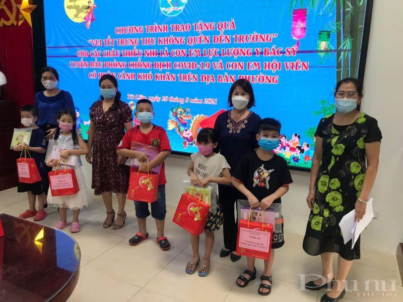 Đồng chí Lê Thị Thu Hằng- Phó Chủ tịch Hội PN quận cùng các cán bộ Hội PN phường Tứ Liên trao tặng quà các cháu con lực lượng y bác sỹ và tuyến đầu.
