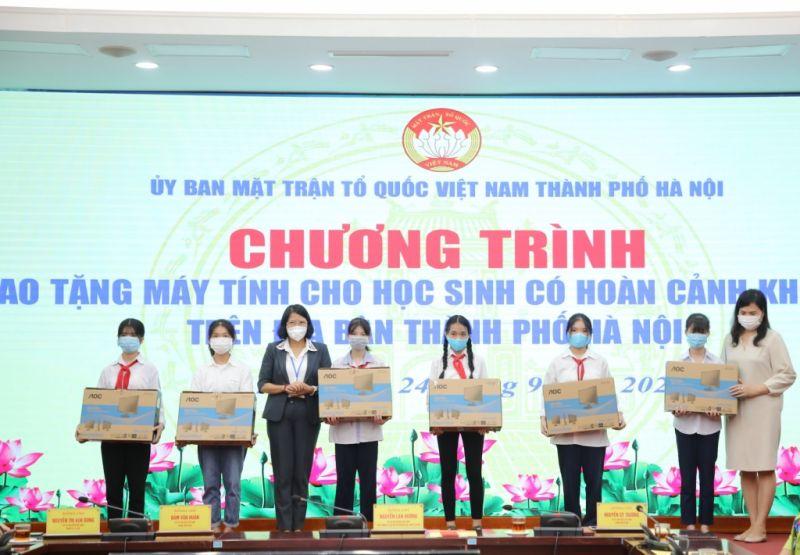 Phó Chủ tịch Ủy ban MTTQ Việt Nam TP Hà Nội Nguyễn Thị Kim Dung trao tặng máy tính cho các em học sinh khó khăn