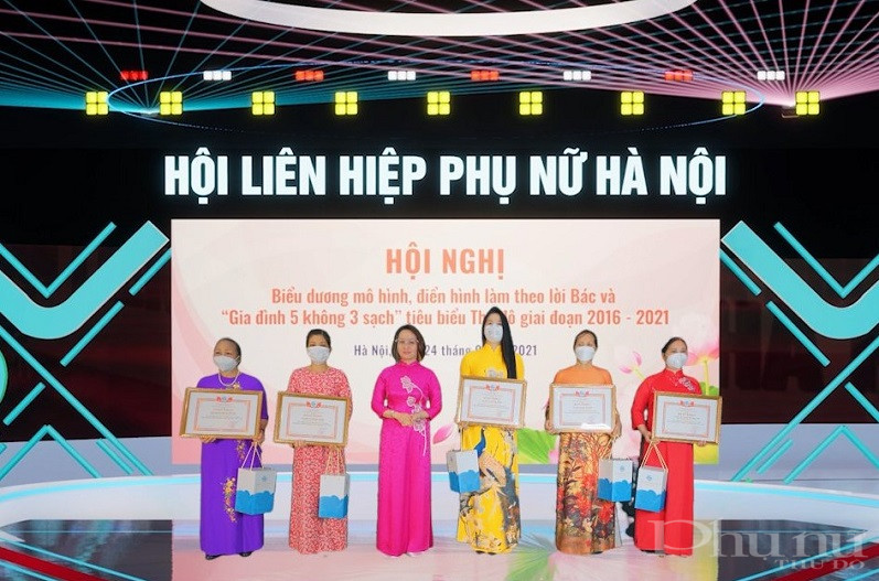 Đồng chị Phạm Thị Thanh Hương - Phó Chủ tịch Hội LHPN Hà Nội tặng quà và khen thưởng các gia đình