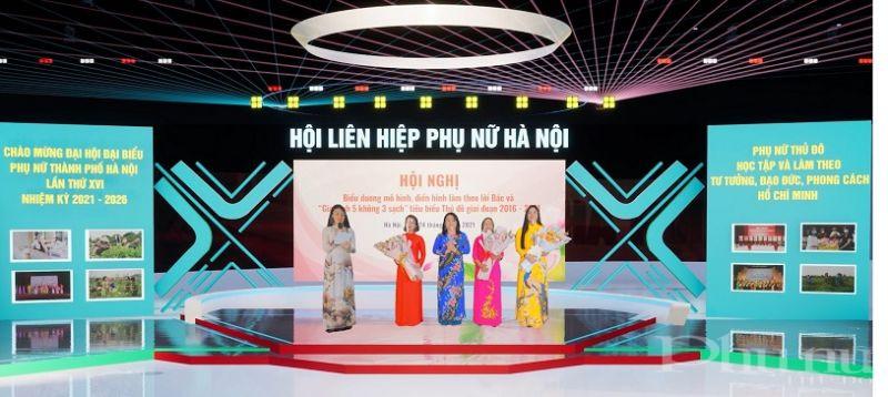 Đồng chí Nguyễn Thị Thu Thủy - Phó Chủ tịch Thường trực Hội LHPN Hà Nội tặng hoa cho các đại biểu tham gia chương trình giao lưu tại hội nghị