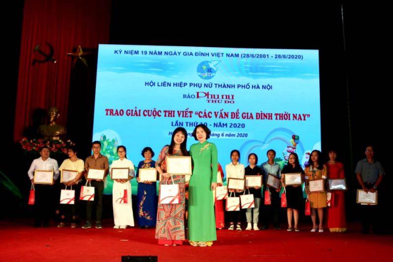 Bà Lê Kim Anh, Chủ tịch Hội LHPN Hà Nội (bên phải) trao giải Nhất cho tác giả Vương Ly, tại lễ trao giải cuộc thi viết