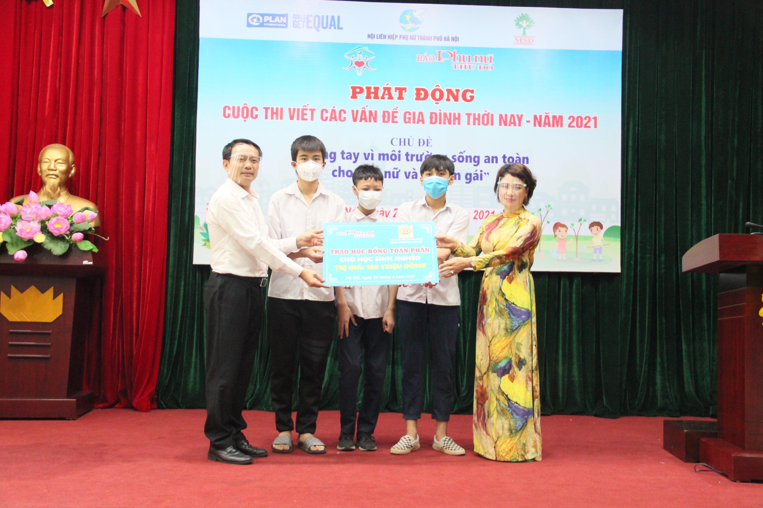 Lãnh đạo trường Cao đẳng Nghề công nghệ cao và lãnh đạo báo Phụ nữ Thủ đô tặng học bổng cho học sinh nghèo vượt khó trên địa bàn TP Hà Nội
