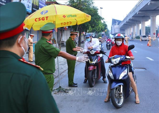 Tăng nặng xử phạt người đi xe gắn máy vi phạm để răn đe. Ảnh: Hoàng Hiếu/TTXVN.
