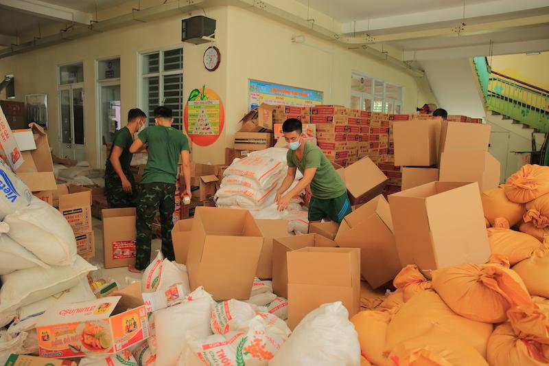 Hàng hoá được các chiến sĩ bộ đội hết lòng hỗ trợ sắp xếp, vận chuyển đến từng địa điểm
