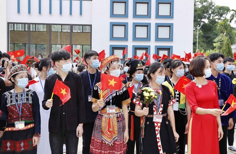 Học sinh Trường Phổ thông Dân tộc nội trú THPT tỉnh Yên Bái dự Lễ khai giảng năm học mới. Ảnh: Thống Nhất/TTXVN.