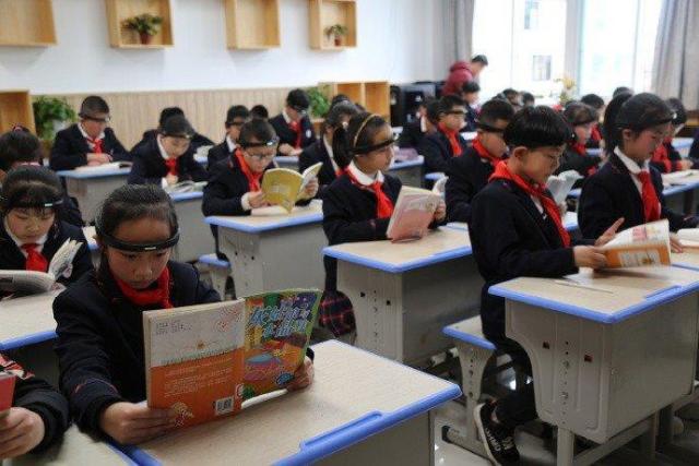 Hình ảnh các học sinh Trung Quốc đeo
