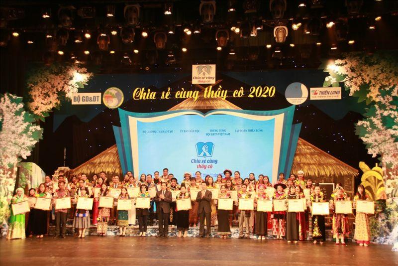 """Các thầy cô giáo được tuyên dương tại chương trình """"Chia sẻ cùng thầy cô"""" năm 2020 (Ảnh: Kim Anh)"""