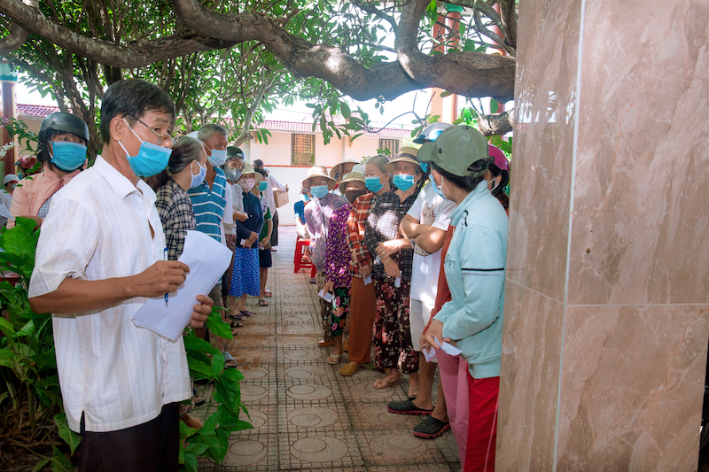 Người dân gặp khó khăn đến nhận hàng cứu trợ của ca sĩ Hà Phương