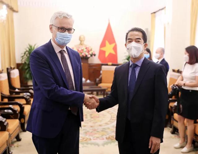 Thứ trưởng Ngoại giao Tô Anh Dũng với Đại sứ Đức tại Việt Nam Guido Hildner dự lễ tiếp nhận.
