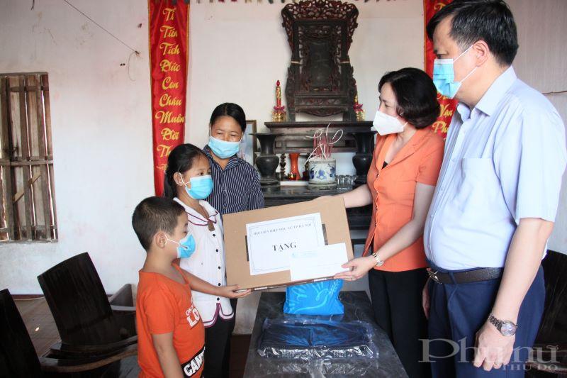 Đồng chí Lê Kim Anh trao tặng máy tính cho cháu Khuất Thị Xuân Tươi.
