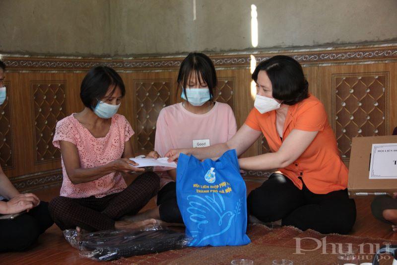 Trong chuyến công tác, Hội LHPN Hà Nội cũng hỗ trợ một chút kinh phí giúp chị Tuyến - mẹ cháu Tiến trang trải cuộc sống và chữa bệnh.