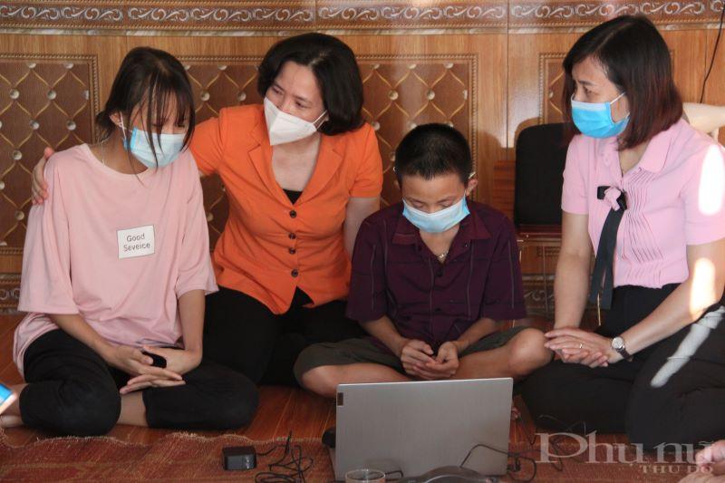 Đồng chí Lê Kim Anh và các thành viên trong đoàn công tác động viên hai chị em cháu Tiến hãy học thật tốt để trưởng thành, giúp mẹ chữa bệnh.