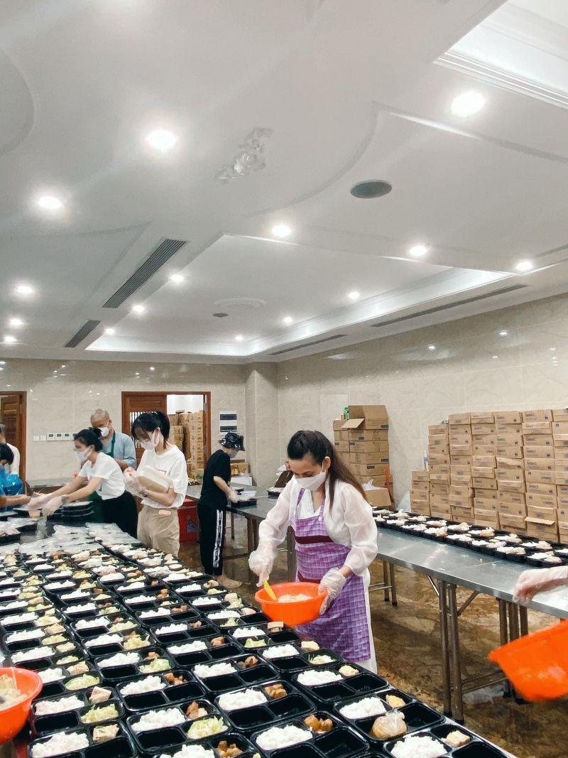 Chị tham gia nấu cơm cho người vô gia cư tại Tp Hồ Chí Minh