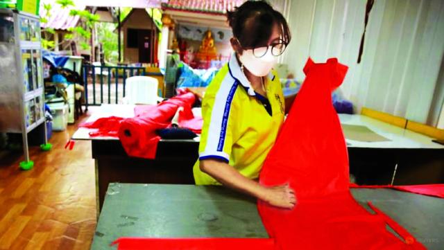 Công nhân thực hiện may đồ bảo hộ phòng chống COVID-19 từ rác thải nhựa.