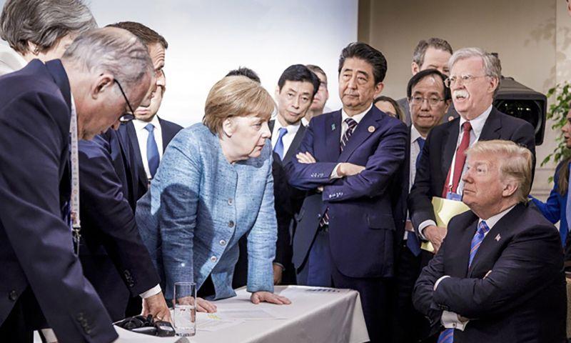 Thủ tướng Merkel (giữa) cùng Tổng thống Trump (ngoài cùng bên phải) và các lãnh đạo thế giới tại Hội nghị Thượng đỉnh nhóm G7 ở Quebec, Canada ngày 9/6/2018. Ảnh: AP