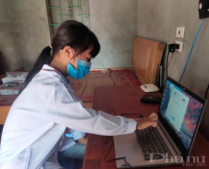 Các em phấn khởi khi có được chiếc máy tính xách tay mới để phục vụ công việc học tập của mình