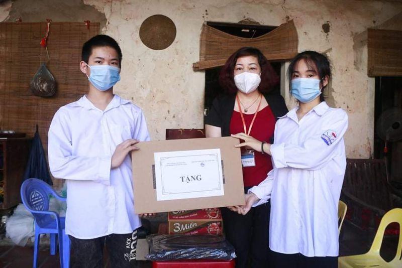 Đồng chí Lê Thị Thiên Hương, Phó Chủ tịch Hội LHPN Hà Nội trao tặng máy tính cho hai chị em học sinh Trịnh Mai Phương