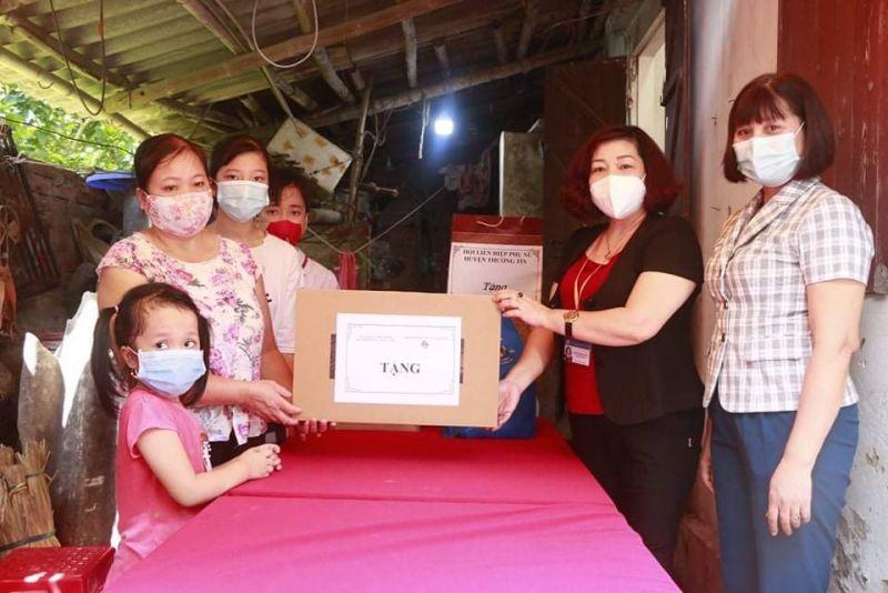 Các đồng chí lãnh đạo Hội LHPN Hà Nội, Hội LHPN huyện Thường Tín thăm, tặng máy tính, đồ dùng học tập cho chị em cháu Vương Ngọc Linh