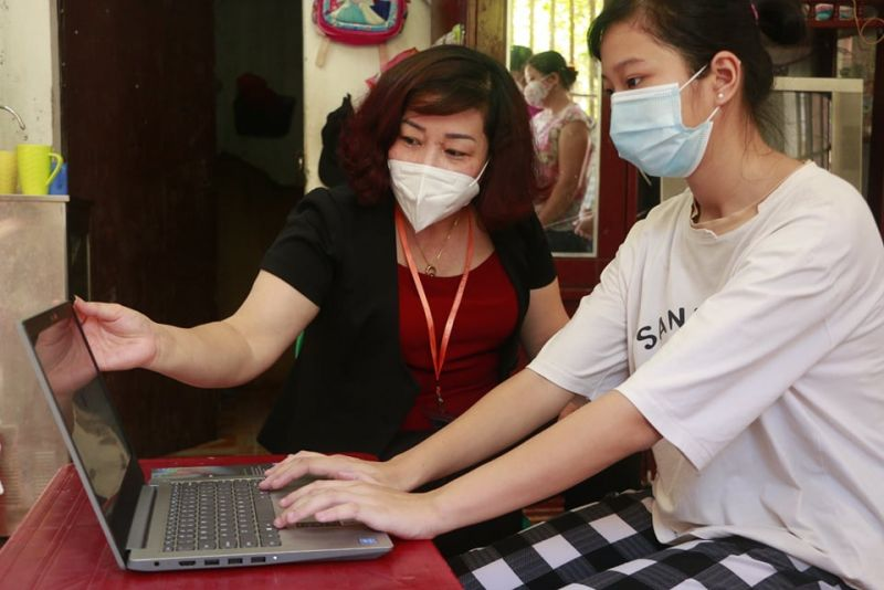 Đồng chí Lê Thị Thiên Hương, Phó Chủ tịch Hội LHPN Hà Nội chia sẻ niềm vui có máy tính mới với cháu Vương Ngọc Linh