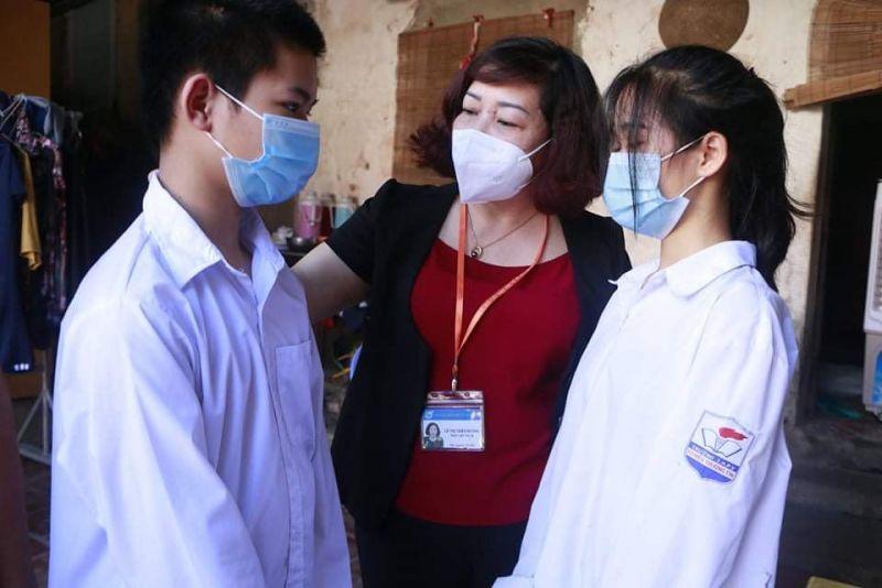 Đồng chí Lê Thị Thiên Hương, Phó Chủ tịch Hội LHPN Hà Nội thăm hỏi, động viên chị em cháu Trịnh Mai Phương tiếp tục vượt khó vươn lên