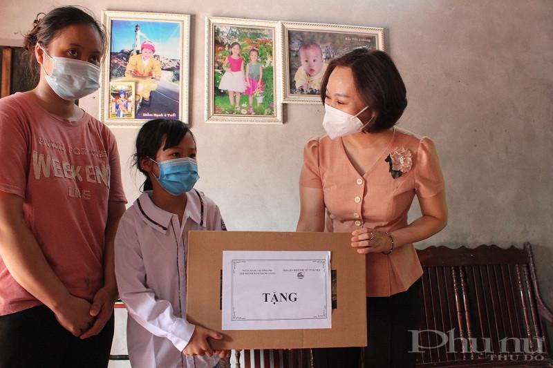 Đồng chí Phạm Thj Thanh Hương - Phó Chủ tịch Hội LHPN Hà Nội trao máy tính và quà cho gia đình em