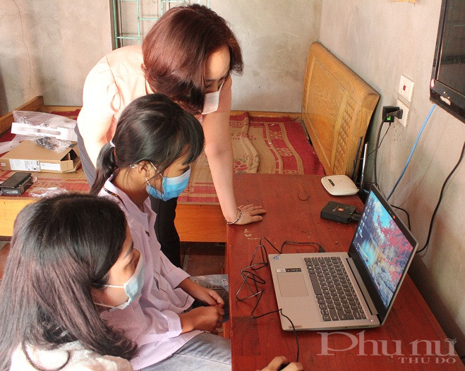 Ngay sau khi nhận máy tính xách tay, Đoàn công tác Hội LHPN Hà Nội cùng Hội PN cơ sở đã hướng dẫn các em sử dụng máy tính vừa đảm bảo tính hiệu quả, vừa an toàn trong thời gian học tập online qua máy tính xách tay hoặc qua điện thoại thông minh.