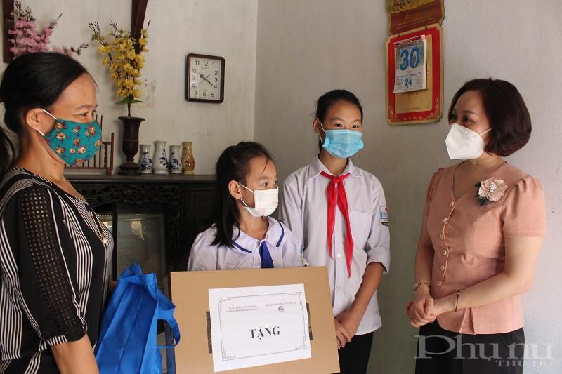 Đồng chí Phạm Thị Thanh Hương - Phó Chủ tịch Hội LHPN Hà Nội trao tặng máy tính xách tay và quà cho gia đình em