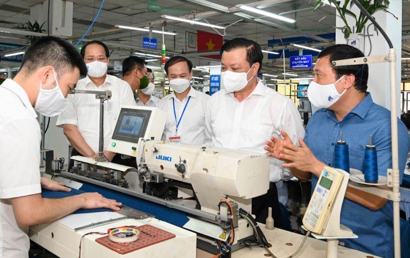 Bí thư Thành ủy Hà Nội Đinh Tiến Dũng kiểm tra sản xuất tại Tổng công ty May 10. Ảnh: Viết Thành.