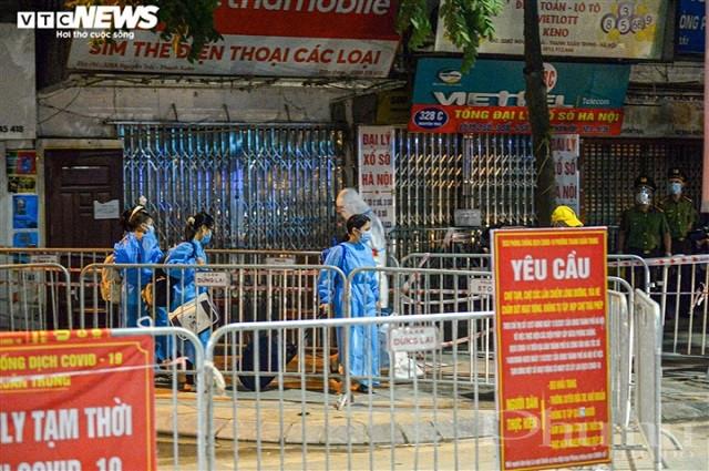 Người dân ở phường Thanh Xuân Trung được đưa đi cách ly tập trung.