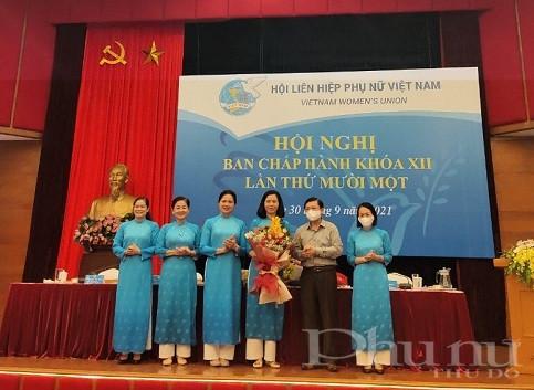 Nguyễn Hữu Dũng, Phó Chủ tịch UB TW MTTQ VN và Thường trực Đoàn Chủ tịch TW Hội tặng hoa chúc mừng tân Phó Chủ tịch Nguyễn Thị Minh Hương