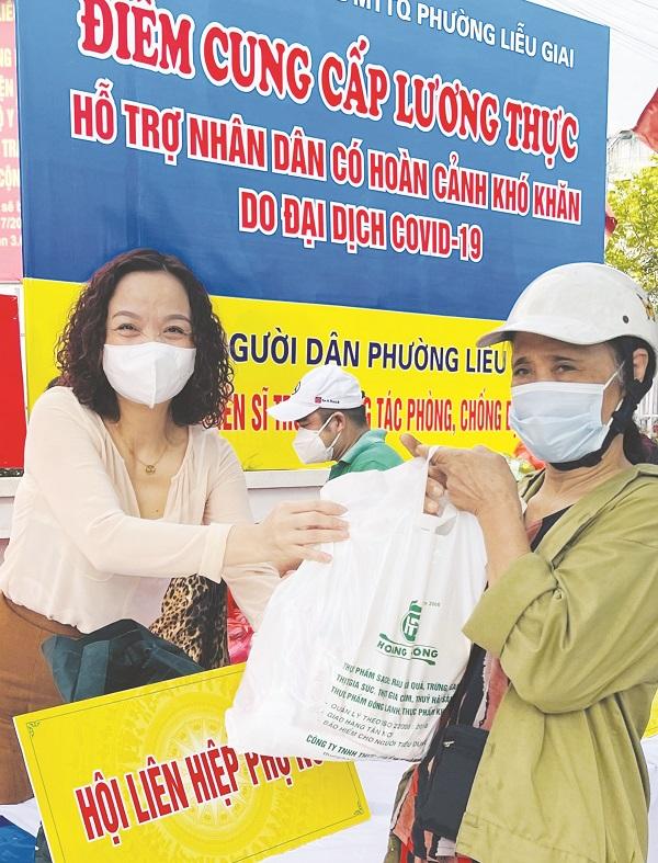 Đồng chí Đinh Thị Phương Liên – Chủ tịch Hội LHPN quận Ba Đình trao quà cho các gia đình khó khăn trên địa bàn quận