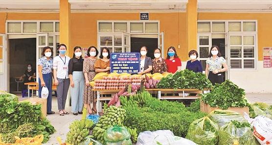 Hội LHPN huyện: Mỹ Đức, Ứng Hòa và Thanh Oai trao tặng các nhu yếu phẩm cho Hội LHPN quận Hoàng Mai để chuyển tới các gia đình khó khăn trên địa bàn quận.
