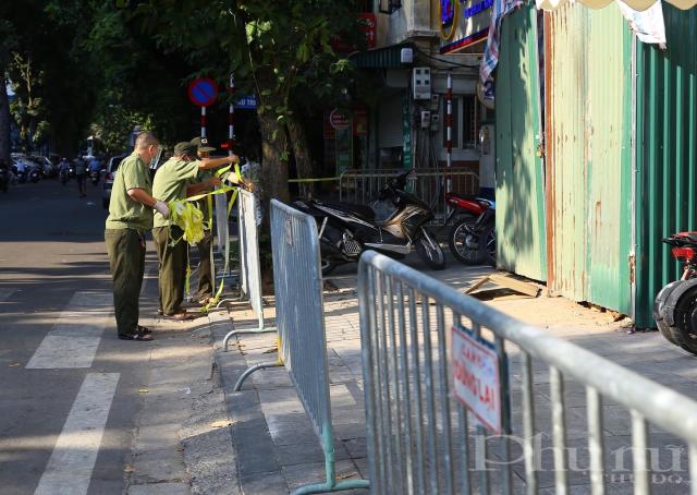 Lực lượng chức năng lập chốt tại phố Phủ Doãn, đoạn trước cổng bệnh viện Việt Đức.