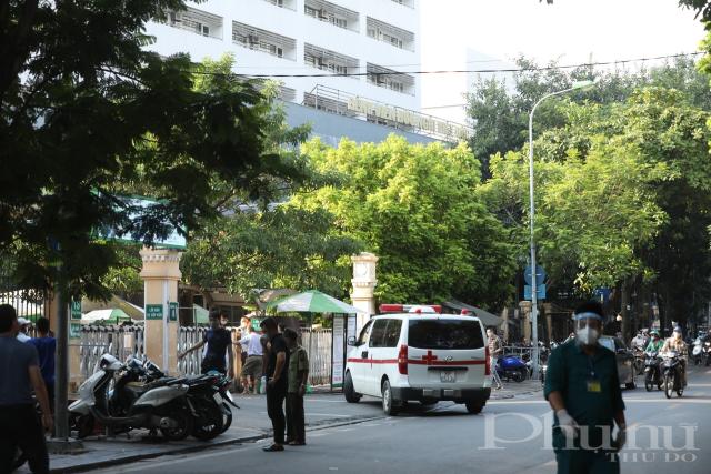 Chiều 30/9, sau khi ghi nhận ca nhiễm mới, bệnh viện Việt Đức đã ngay lập tức phong toả khu nhà D và thực hiện xét nghiệm truy vết.