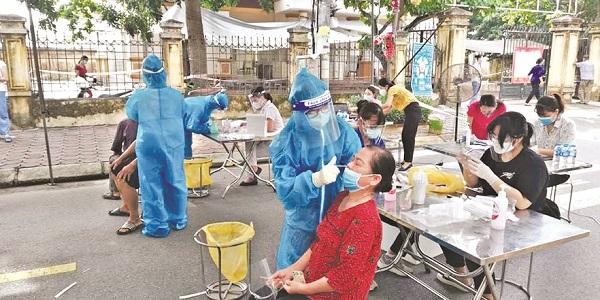 Nhân viên y tế lấy mẫu xét nghiệm diện rộng người cao tuổi trên địa bàn  huyện Thanh Trì. (Ảnh: Hồng Nhung)