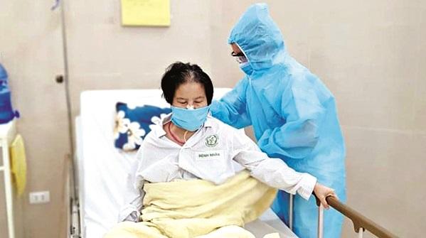 Nhân viên y tế hỗ trợ chăm sóc sức khoẻ toàn diện cho người bệnh để ngăn chặn dịch Covid-19 (Ảnh: Internet)