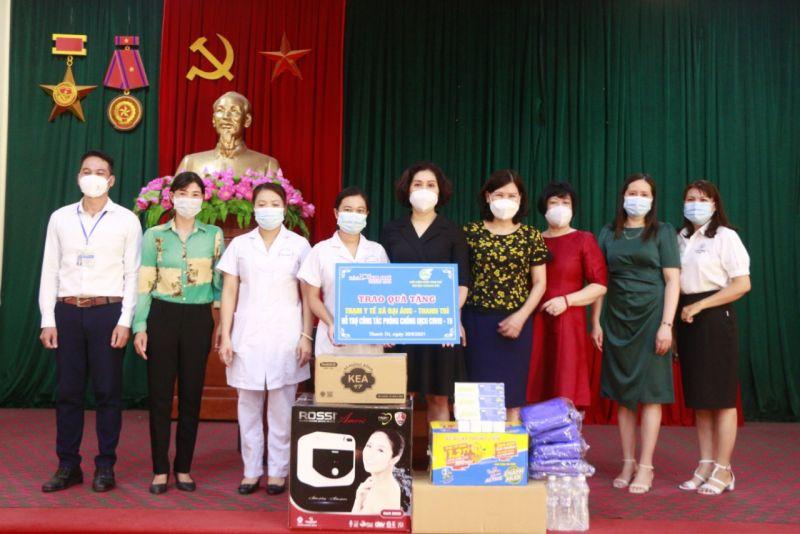 Chi bộ Báo Phụ nữ Thủ đô tặng trang thiết bị y tế cho Trạm Y tế xã Đại Áng