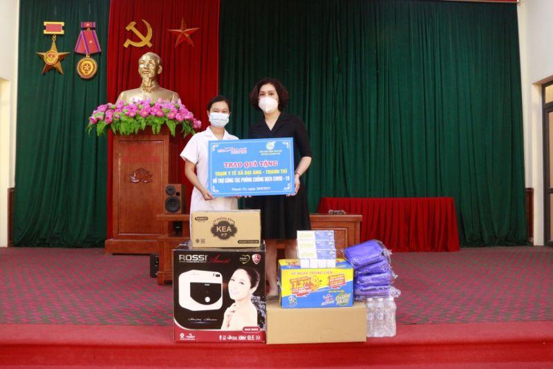 Trạm trưởng Trạm Y tế xã Đại Áng Linh Thị Huyền Trang tiếp nhận tình cảm từ Chi bộ báo Phụ nữ Thủ đô