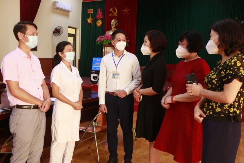 Các đồng chí đảng viên Chi bộ báo Phụ nữ Thủ đô thăm hỏi các đồng chí lãnh đạo Đảng ủy, chính quyền, nhân viên y tế tại xã Đại Áng