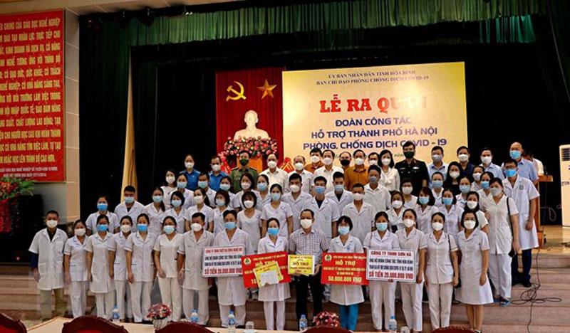 Đoàn cán bộ, y, bác sĩ tỉnh Hòa Bình lên đường giúp thành phố Hà Nội chống dịch. Ảnh: Thanh Hải/TTXVN