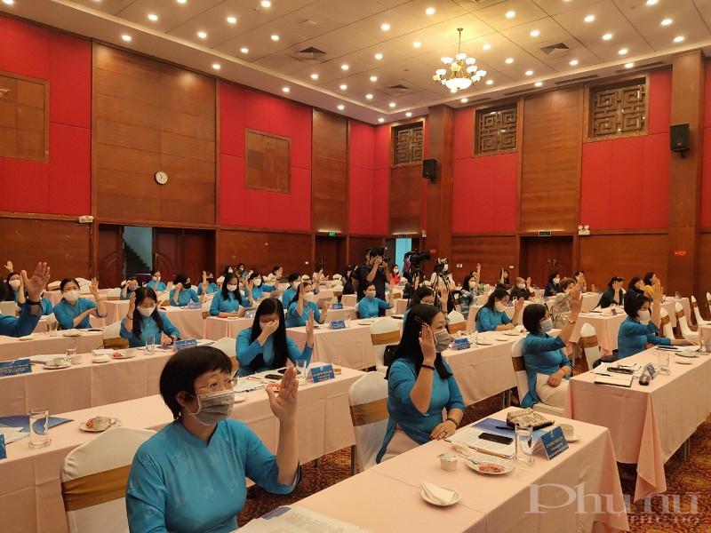 Các đại biểu biểu quyết bằng hình thức giơ tay bầu đồng chí Nguyễn  Thị Minh Hương giữ chức Phó chủ tịch Hội LHPN Việt Nam khóa XII