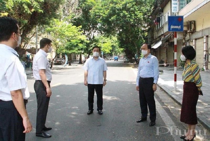 Phó Bí thư Thành ủy, Chủ tịch Hội đồng nhân dân TP Nguyễn Ngọc Tuấn kiểm tra