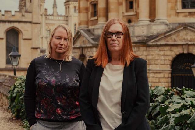 Hai nhà khoa học phát mSarah Gilbert (phải) và Catherine Green bên ngoài Đại học Oxford.