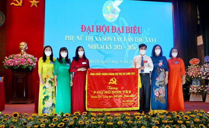 Lãnh đạo Thị ủy Sơn Tây tặng bức chướng cho đại diện Hội LHPN thị xã Sơn  Tây