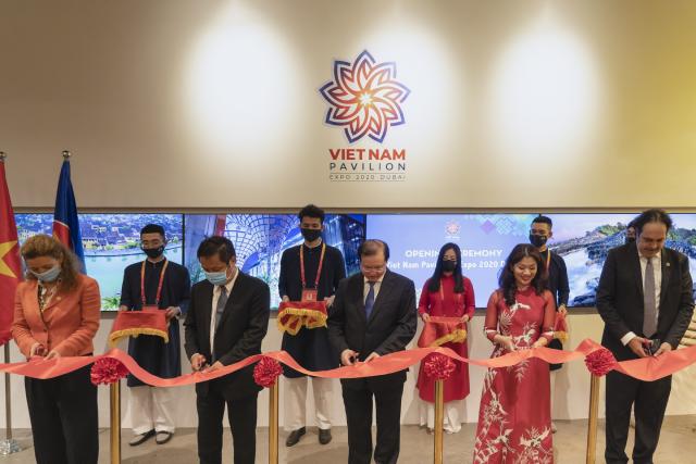 Ban Tổ chức Việt Nam và khách mời cắt băng khai trương Nhà triển lãm Việt Nam.
