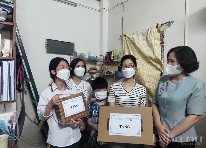 Đồng chí Lê Kim Anh, Chủ tịch Hội LHPN Hà Nội trao tặng máy tính xách tay cho gia đình em Nguyễn Ngân Giang